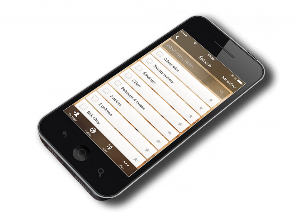 Téléphone portable ouvert avec une application de liste d'épicerie