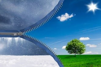 Transition entre la neige et le froid de l'hiver ainsi que la verdure et le soleil du printemps