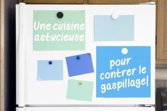 Porte du réfrigérateur avec notes colorées
