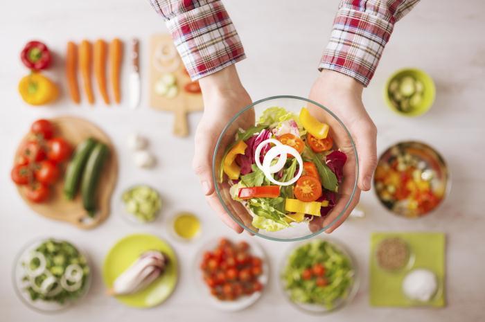 Un plat de légumes