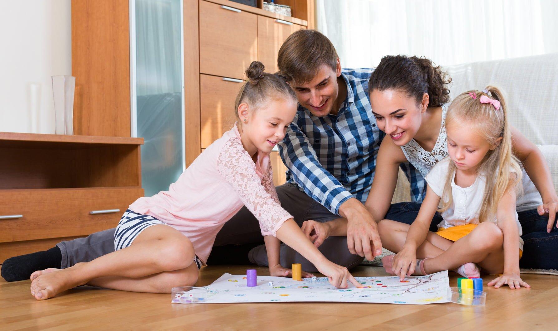 Parents qui jouent avec leurs enfants