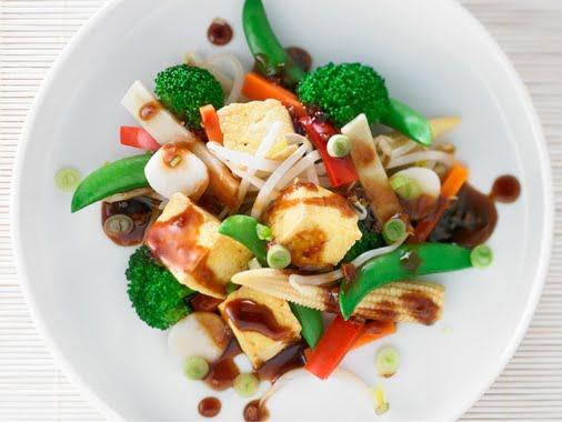 Salade de légumes, tofu au barbecue et sauce au balsamique