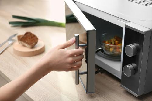 personne-cuisine-micro-ondes