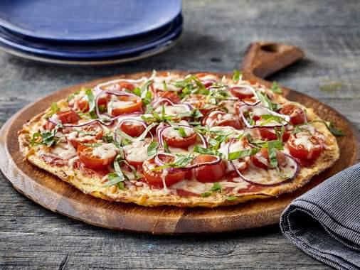 Pizza aux tomates et au basilic avec croûte de chou-fleur
