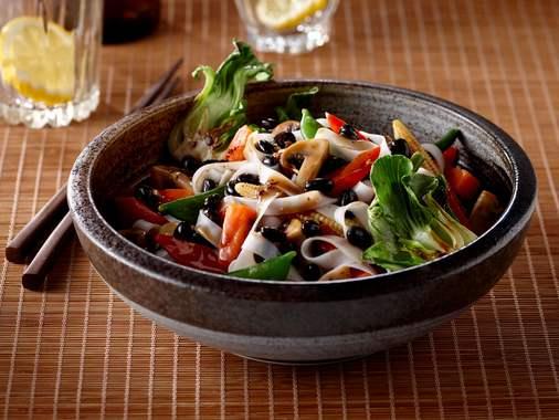 Nouilles aux légumes et haricots noirs