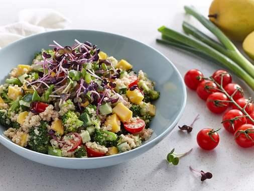 Bol de quinoa, brocoli et micropousses de radis